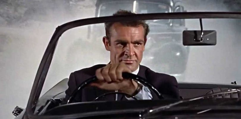 Sean Connery kör en bil som James Bond