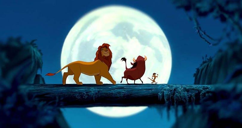 Simba, Timon och Pumba går på en stock i månljuset.
