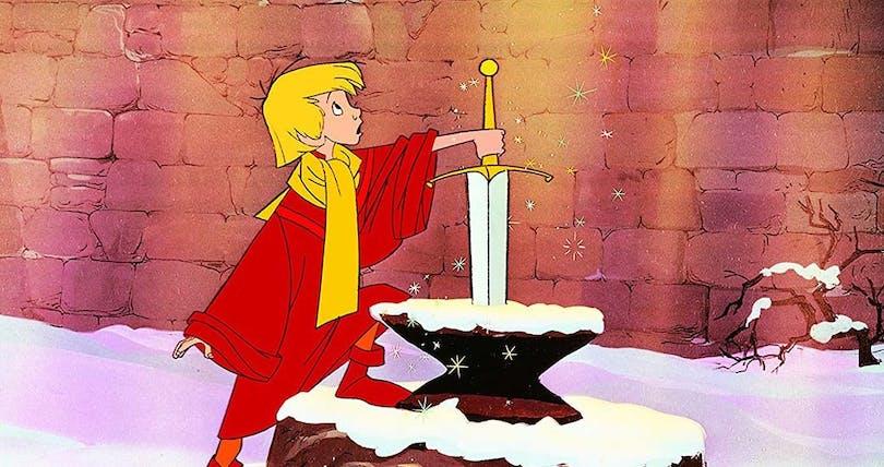 Pojken försöker dra ut svärdet i stenen.