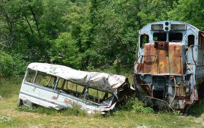 Bussen från buss-scenen i filmen Jagad ligger kvar på inspelningsplatsen än idag.