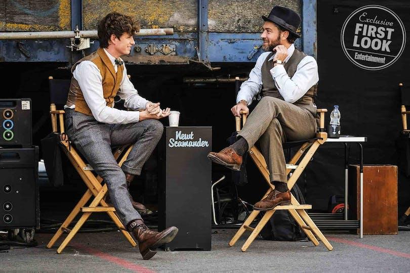 Newt (Redmayne)och en mugglaklädd Albus Dumbledore (Jude Law)