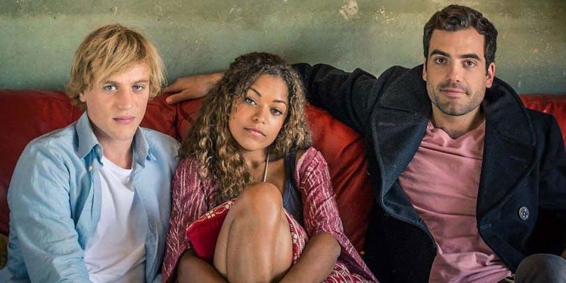 Huvudrollerna i Lovesick sittandes i en soffa