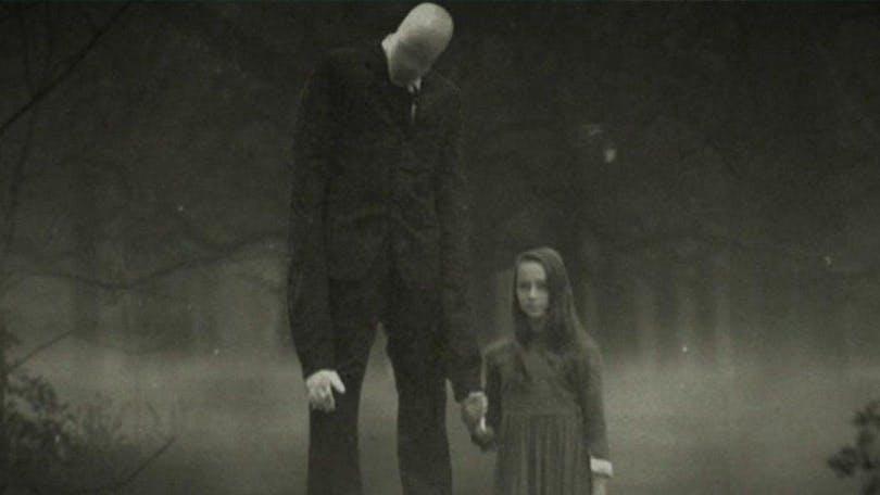 På bilden ser vi Slender Man och ett barn som håller handen.