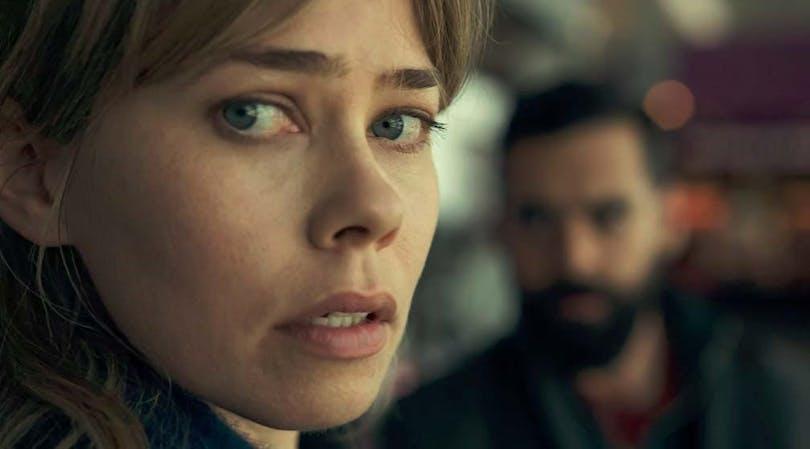 En kvinna kollar in i kameran i Gråzon.