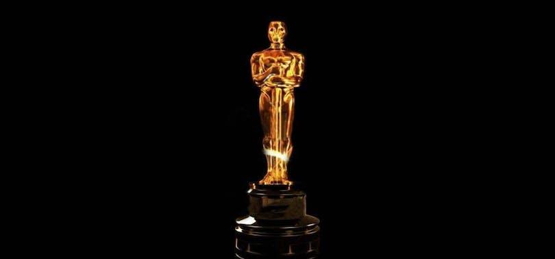 En Oscar mot en svart bakgrund
