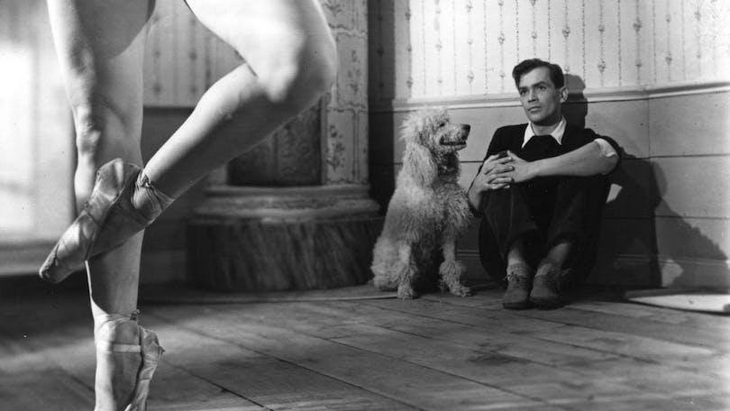 Birger Malmsten lutar sig mot en vägg och ser på en ballerina. Bilden är hämtad ut Sommarlek av Ingmar Bergman.