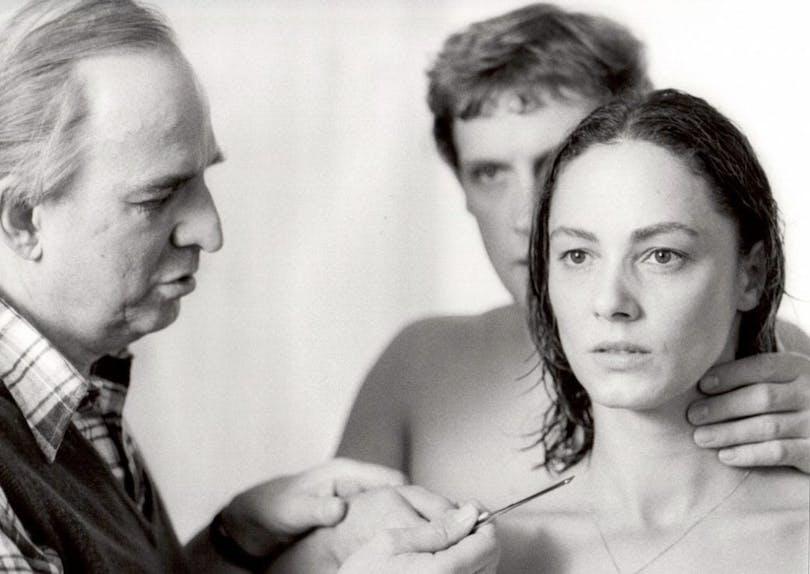 Ingmar Bergman instruerar huvudrollsinnehavarna i Ur marionetternas liv.
