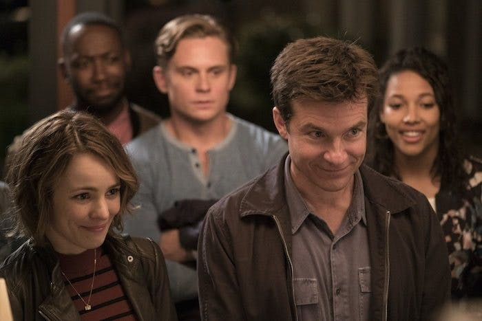 "Rachel McAdams och Jason Bateman i ""Game Night"""