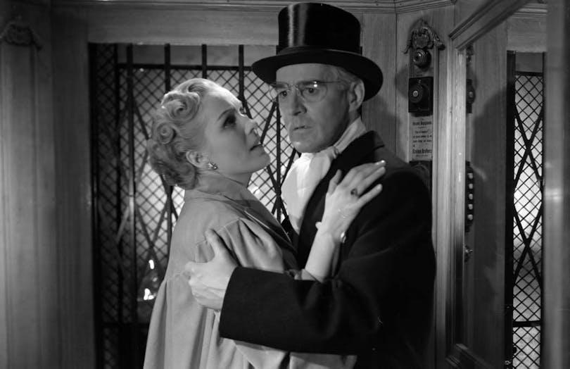 Gunnar Björnstrand håller armarna om Eva Dahlbeck i Kvinnors väntan av Ingmar Bergman.