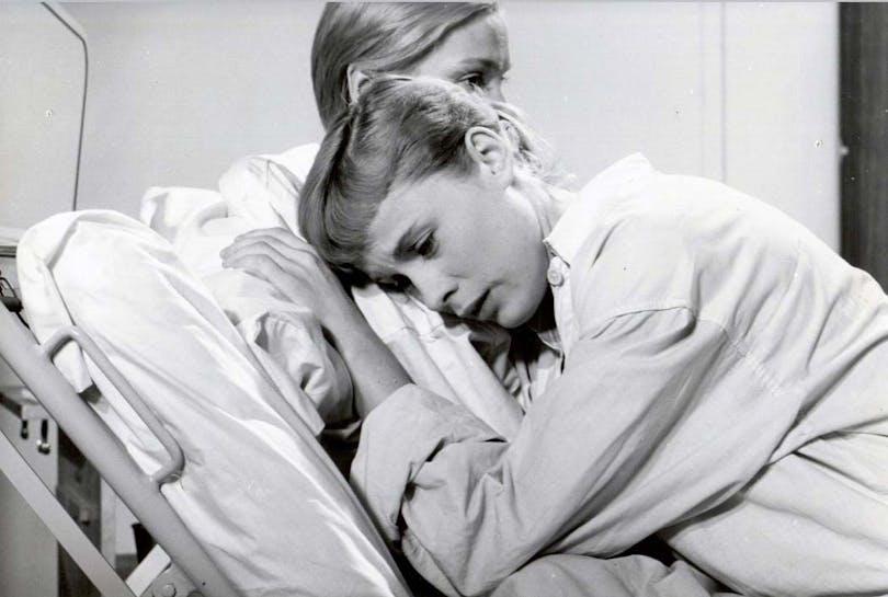 Ingrid Thulin och Bibi Andersson i Nära livet, en av Ingmar Bergmans alla filmer.