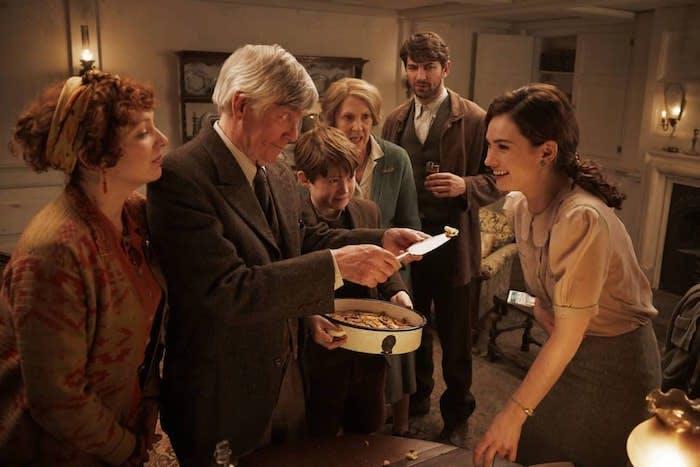 """Lily James och de andra medverkande i Mike Newells """"Guernseys litteratur- och potatisskalspajssällskap"""""""