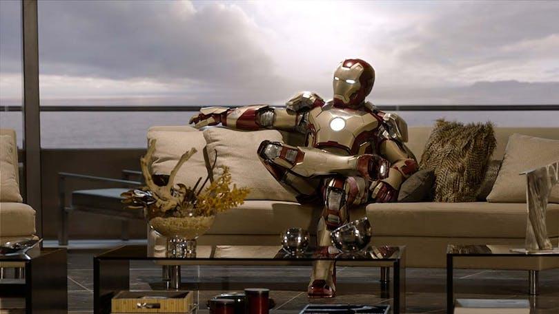 Iron-Man sitter i en soffa.