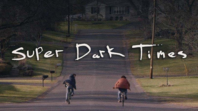 Två ungdomar cyklar längs en väg.