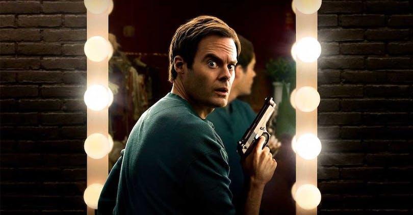 Bill Hader i rollen som Barry står framför en spegel och håller i en pistol.
