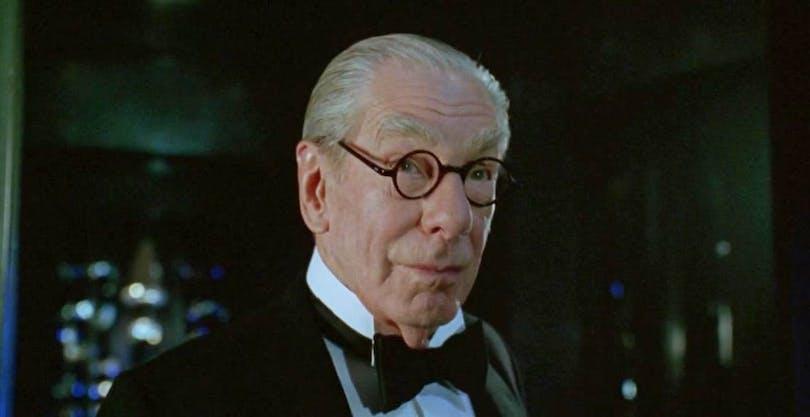 Michael Gough som butlern Alfred.