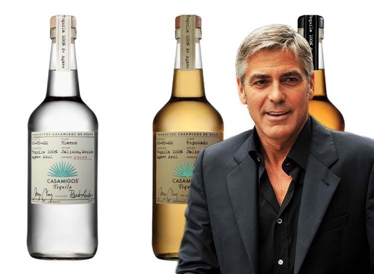 George Clooney står framför tre flaskor från märket Casamigos.