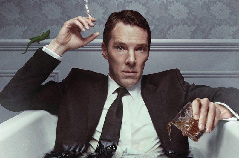 Bennedict Cumberbatch som Patrick Melrose sitter i ett badkar med vatten iförd full kostym och en cigarett i handen.