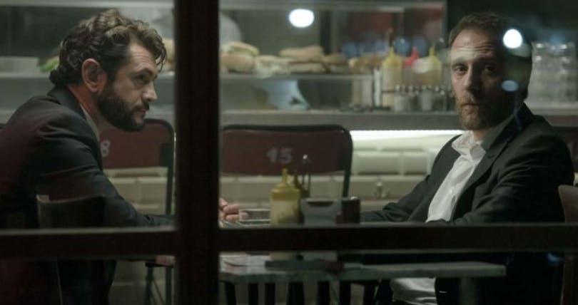 Två män sitter på ett fik i Italien.