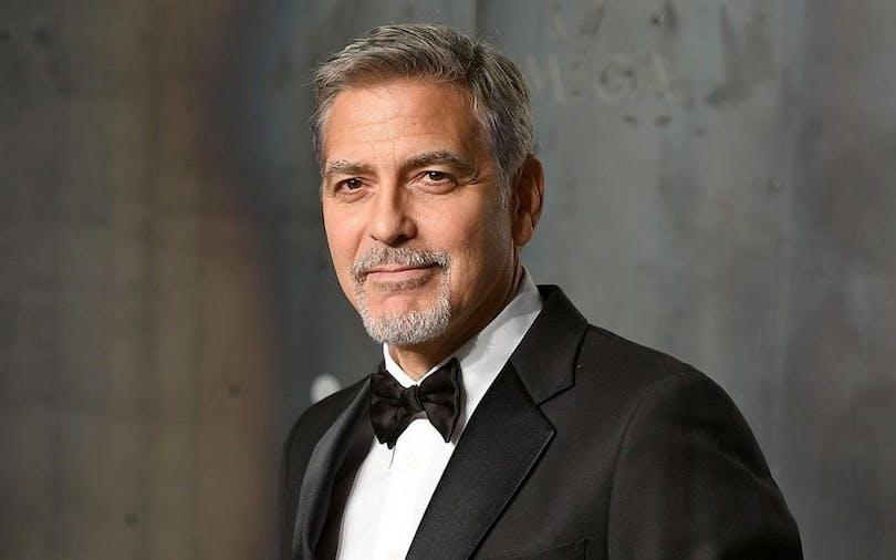 Här ser du en bild på en poserande George Clooney