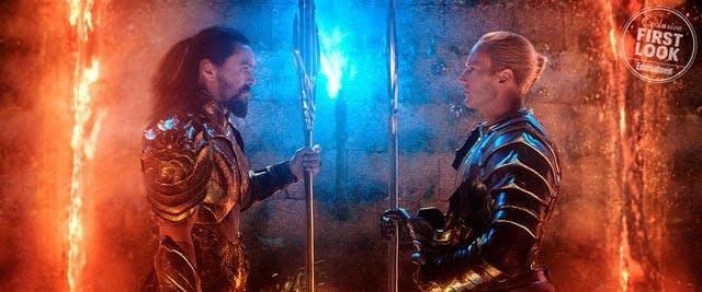 Två män står emot varandra.