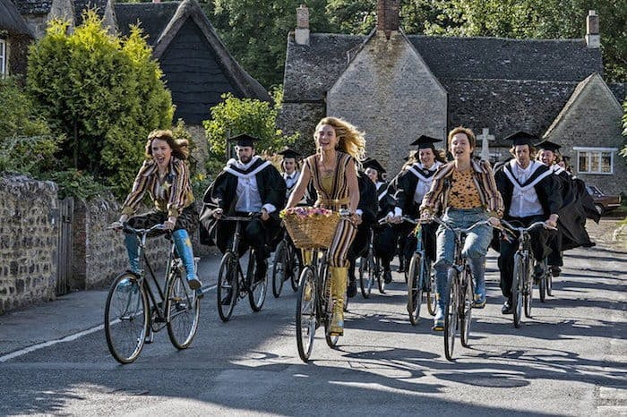 "Lily James m.fl. på cykel i ""Mamma Mia! Here We Go Again"""
