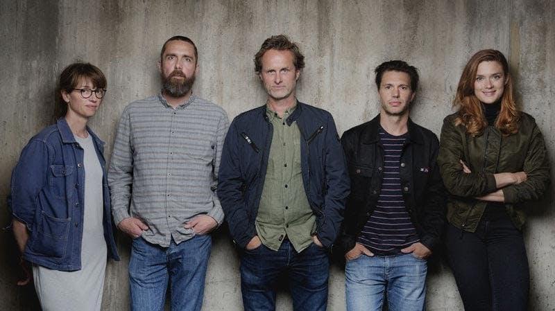 Anne Bjørnstad, Eilif Skodvin, Jens Lien, Nicolai Cleve Broch och Krista Kosonen står framför en grå vägg.