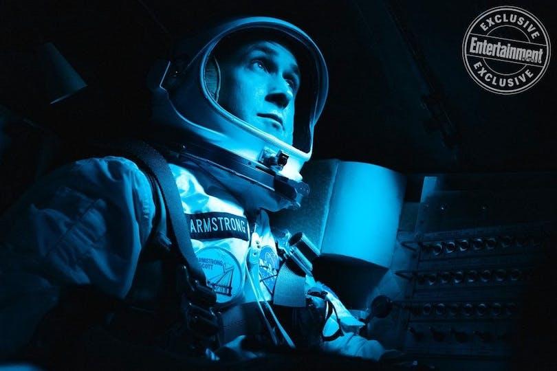Ryan Gosling sitter i en rymdkapsel.