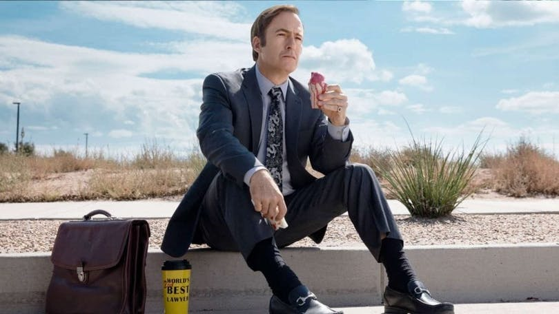 Publicitetsbild av Bob Odenkirk i Better Call Saul, sitter på en trotoar