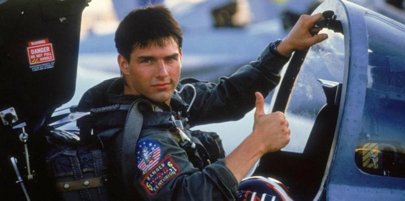 På bilden ser du en ung Tom Cruise i ett krigsflygplan