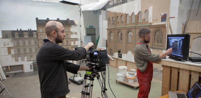 Fotograf Gergely Pálos och Nicklas Nilsson, scenografiavdelningen.