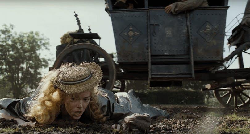 På bilden ser du Emma Stone som blivit avkastad från häst och vagn