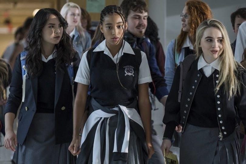 På bilden ser vi ett gäng tjejer i skoluniform bland annat Starr Carter