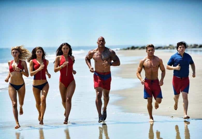 Dwayne Johnson, Zac Efron m.fl. i Baywatch.