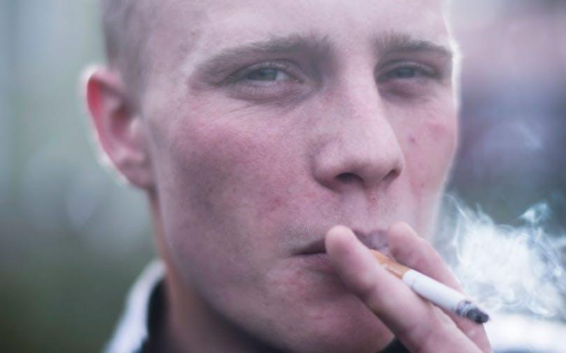 Karaktären Kimmie röker en cigarette i Peter Grönlunds Goliat.