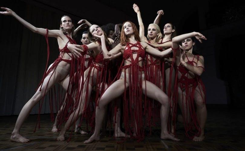 Dakota Johnson, Mia Goth med flera i remaken av Suspiria.