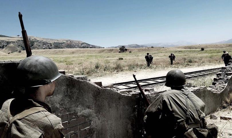 Soldater i rekonstruktionen av händelserna i första avsnittet av Medal of Honor.