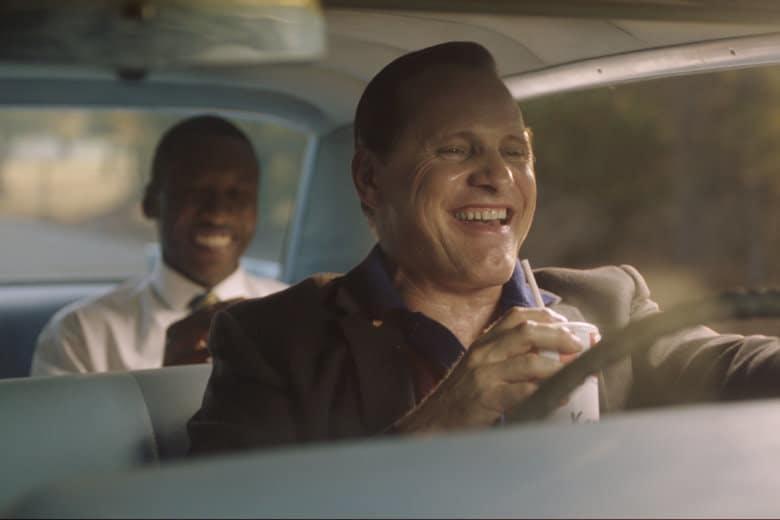 Viggo Mortensen och Mahershala Ali skrattar i Green Book