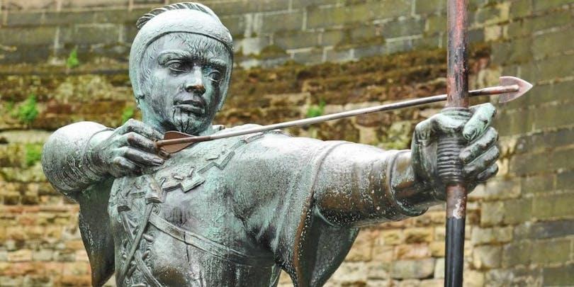 Robin Hoods kända staty i Nottingham.