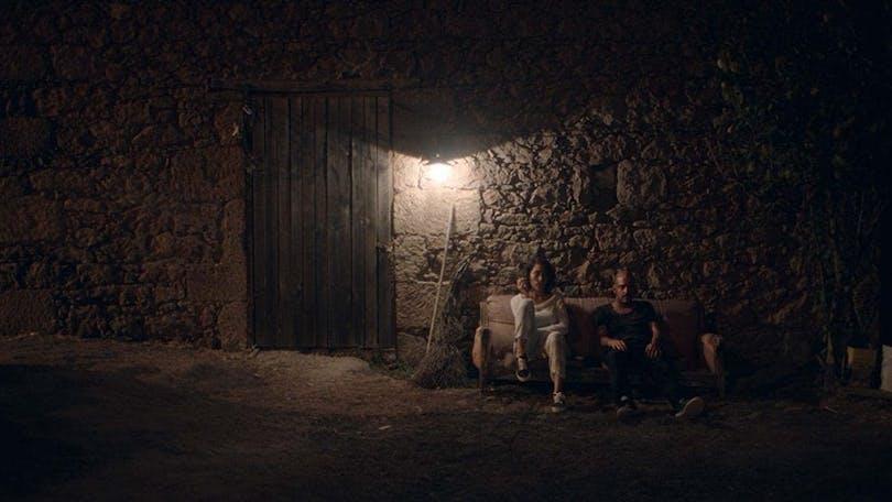 Suzan och Kenan diskuterar i filmen När Fjärilarna kommer.