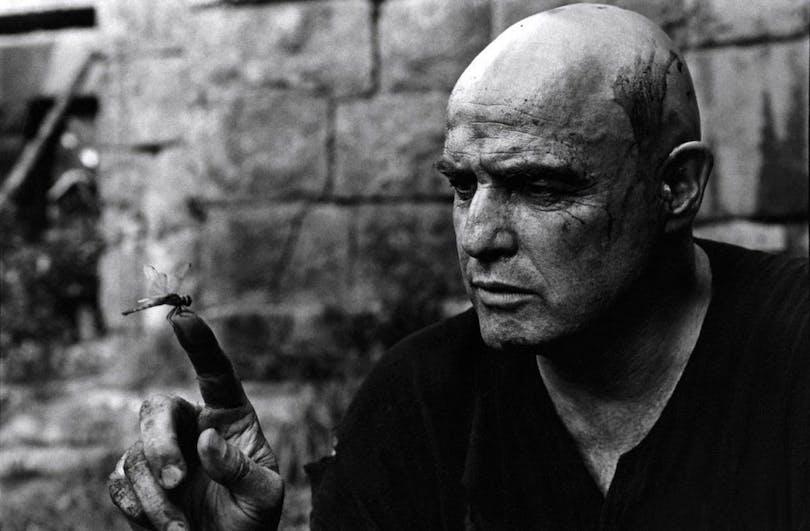Bakom kulliserna-bild på Marlon Brando som karaktären Kurtz