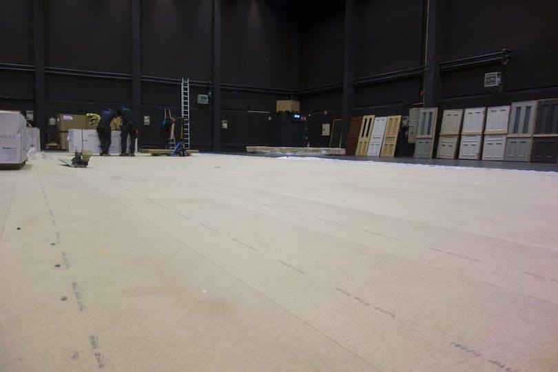 Bild på golv som läggs inne i studion.