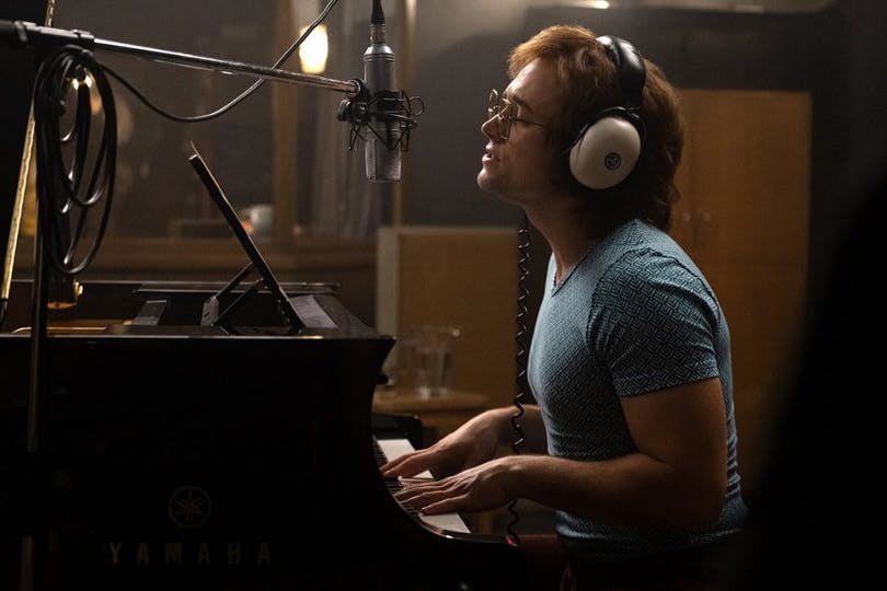 Elton John spelar piano