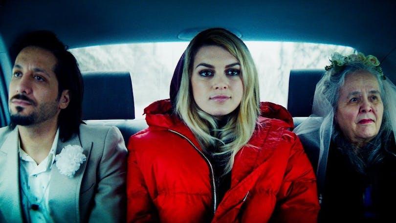 Huvudrollerna i Aurora åker i en bil.