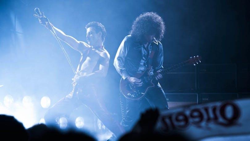 Queen spelar live.