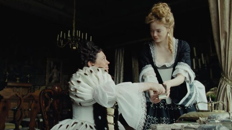 Olivia Coleman och Emma Stone i The Favourite.