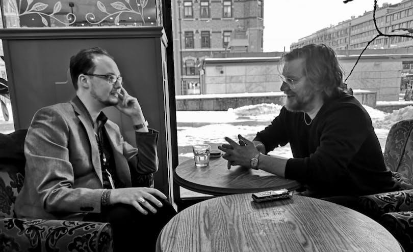 Eric Diedrichs och Magnus Krepper diskuterar.