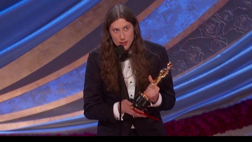 Den svenska Oscarsvinnaren Ludwig Göransson tar emot sin Oscar för Bästa filmmusik.