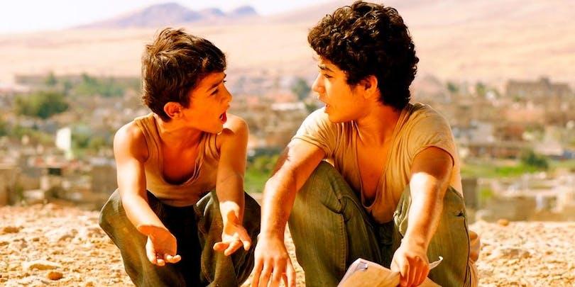 Två unga bröder kollar på varandra.