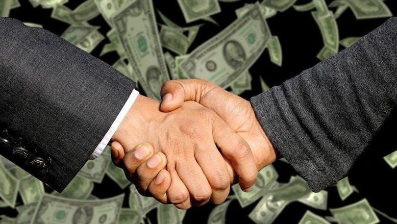 Två män skakar hand.