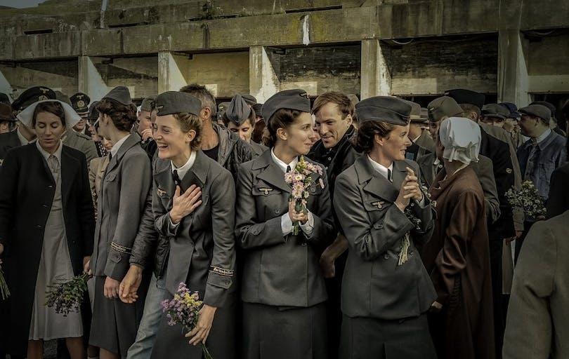 """Hurrande kvinnor vid hamnen i """"Das Boot""""."""